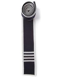 Cravatta lavorata a maglia blu scuro e bianca di Thom Browne