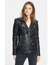 Una minigonna in pelle nera e una giacca da moto ti daranno un tocco di grande eleganza e sensualità.
