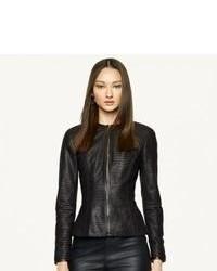 Distinguiti anche negli ambienti più alla moda con una minigonna in pelle nera e una giacca.