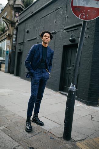 Come indossare e abbinare: abito a quadri blu scuro, t-shirt girocollo nera, stivali casual in pelle neri