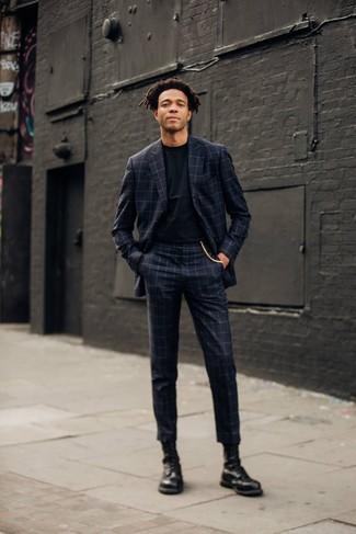 Come indossare e abbinare stivali casual in pelle neri: Opta per un abito a quadri grigio scuro e una t-shirt girocollo nera se cerchi uno stile ordinato e alla moda. Stivali casual in pelle neri sono una valida scelta per completare il look.