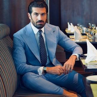 Come indossare e abbinare: abito a righe verticali azzurro, camicia elegante bianca, cravatta stampata blu scuro