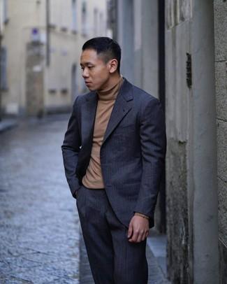 Come indossare e abbinare: abito a righe verticali blu scuro, dolcevita marrone