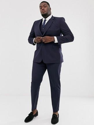 Come indossare e abbinare un abito a tre pezzi blu scuro: Potresti indossare un abito a tre pezzi blu scuro e una camicia elegante bianca per un look elegante e di classe. Prova con un paio di mocassini eleganti di velluto neri per un tocco più rilassato.