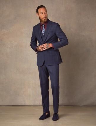 Come indossare e abbinare: abito a tre pezzi blu scuro, camicia elegante bordeaux, mocassini con nappine in pelle scamosciata blu scuro, cravatta a fiori blu scuro