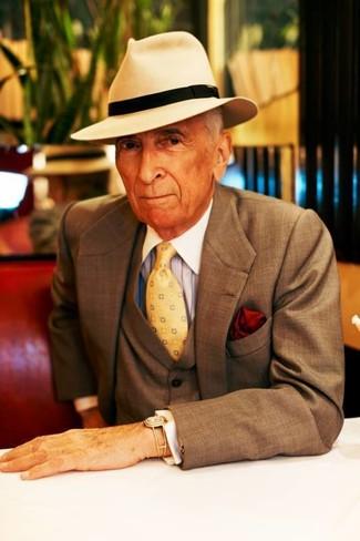 Come indossare e abbinare: abito a tre pezzi marrone, camicia elegante a righe verticali azzurra, borsalino di lana beige, cravatta stampata gialla