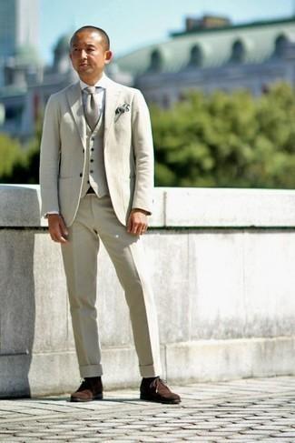 Come indossare e abbinare una camicia elegante bianca: Coniuga una camicia elegante bianca con un abito a tre pezzi beige per un look elegante e di classe. Opta per un paio di chukka in pelle scamosciata marrone scuro per avere un aspetto più rilassato.
