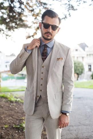 Come indossare e abbinare: abito a tre pezzi di seersucker beige, camicia elegante in chambray blu, cravatta a fiori multicolore, fazzoletto da taschino beige