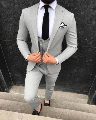 Come indossare e abbinare una cravatta lavorata a maglia nera: Prova ad abbinare un abito a tre pezzi grigio con una cravatta lavorata a maglia nera per un look elegante e alla moda. Se non vuoi essere troppo formale, mettiti un paio di mocassini con nappine in pelle neri.