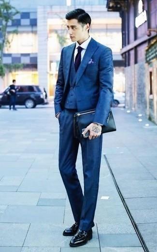 Come indossare e abbinare una pochette in pelle nera: Prova ad abbinare un abito a tre pezzi blu con una pochette in pelle nera per un look semplice, da indossare ogni giorno. Aggiungi un paio di mocassini con nappine in pelle neri al tuo look per migliorare all'istante il tuo stile.