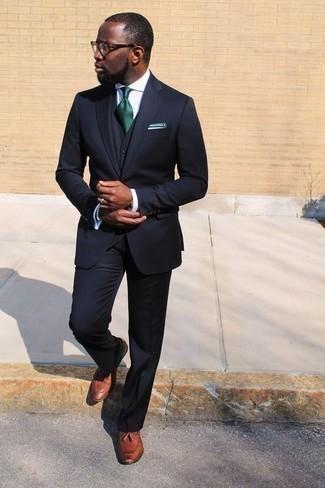 Come indossare e abbinare un fazzoletto da taschino bianco: Prova ad abbinare un abito a tre pezzi blu scuro con un fazzoletto da taschino bianco per un look raffinato per il tempo libero. Scegli uno stile classico per le calzature e mettiti un paio di mocassini con nappine in pelle terracotta.