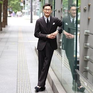 Trend da uomo 2020: Vestiti con un abito a tre pezzi a righe verticali nero e una camicia elegante bianca come un vero gentiluomo. Un paio di mocassini con nappine in pelle scamosciata neri si abbina alla perfezione a una grande varietà di outfit.