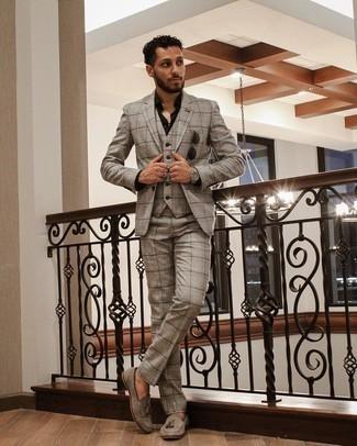 Trend da uomo 2021: Metti un abito a tre pezzi scozzese grigio e una camicia elegante nera per un look elegante e alla moda. Perfeziona questo look con un paio di mocassini con nappine in pelle scamosciata grigi.