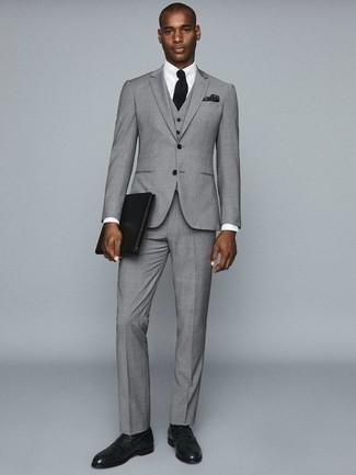 Come indossare e abbinare una pochette in pelle nera: Punta su un abito a tre pezzi grigio e una pochette in pelle nera per vestirti casual. Opta per un paio di mocassini eleganti in pelle verde scuro per dare un tocco classico al completo.