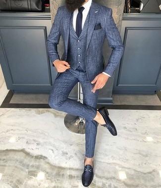 Come indossare e abbinare una cravatta blu scuro: Metti un abito a tre pezzi blu e una cravatta blu scuro per una silhouette classica e raffinata Scegli un paio di mocassini eleganti in pelle tessuti blu scuro come calzature per un tocco più rilassato.
