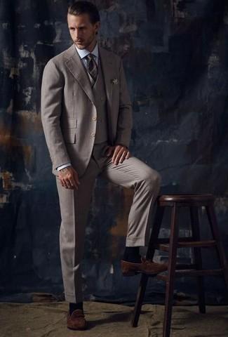 Trend da uomo 2020: Indossa un abito a tre pezzi marrone e una camicia elegante a righe verticali azzurra per essere sofisticato e di classe. Scegli un paio di mocassini eleganti in pelle scamosciata marroni come calzature per un tocco più rilassato.