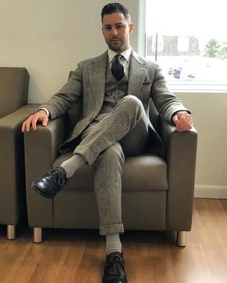 Come indossare e abbinare: abito a tre pezzi di lana grigio, camicia elegante bianca, scarpe brogue in pelle nere, cravatta nera