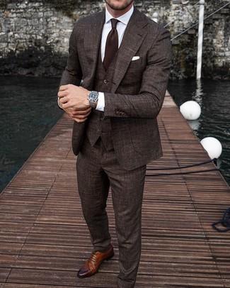 Come indossare e abbinare: abito a tre pezzi marrone scuro, camicia elegante bianca, scarpe brogue in pelle marroni, cravatta marrone scuro