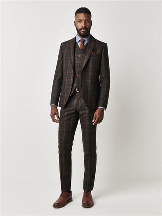 Come indossare e abbinare: abito a tre pezzi scozzese marrone scuro, camicia elegante azzurra, scarpe brogue in pelle marroni, cravatta terracotta
