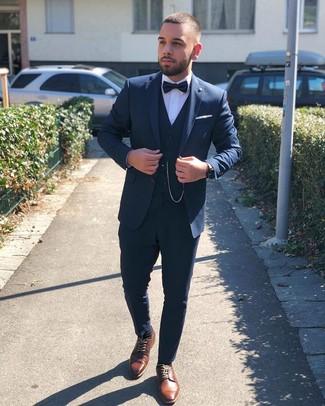 Come indossare e abbinare: abito a tre pezzi blu scuro, camicia elegante bianca, scarpe derby in pelle marroni, papillon nero