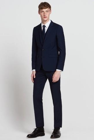 Come indossare e abbinare un abito a tre pezzi blu scuro: Punta su un abito a tre pezzi blu scuro e una camicia elegante bianca per una silhouette classica e raffinata Per distinguerti dagli altri, calza un paio di scarpe derby in pelle nere.