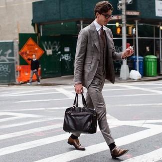 Come indossare e abbinare: abito a tre pezzi scozzese marrone, camicia elegante bianca, scarpe double monk in pelle marroni, ventiquattrore in pelle marrone scuro