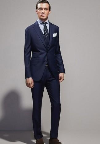 Look alla moda per uomo: Abito a tre pezzi blu scuro, Camicia elegante a righe verticali bianca e blu scuro, Scarpe double monk in pelle scamosciata marrone scuro, Cravatta a righe orizzontali blu scuro e bianca