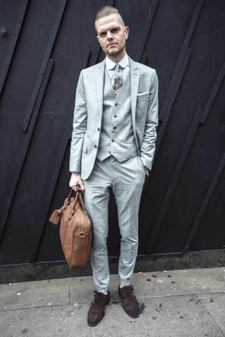 Come indossare e abbinare una cravatta stampata bianca: Mostra il tuo stile in un abito a tre pezzi azzurro con una cravatta stampata bianca per essere sofisticato e di classe. Se non vuoi essere troppo formale, opta per un paio di scarpe double monk in pelle scamosciata marrone scuro.