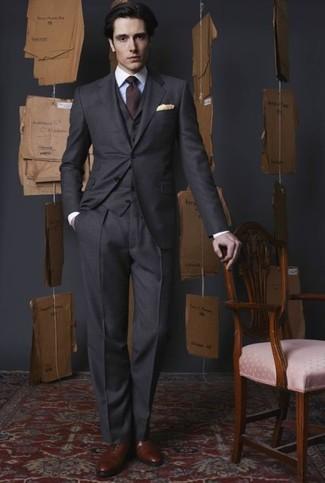 Come indossare e abbinare: abito a tre pezzi grigio scuro, camicia elegante bianca, scarpe oxford in pelle marroni, cravatta bordeaux