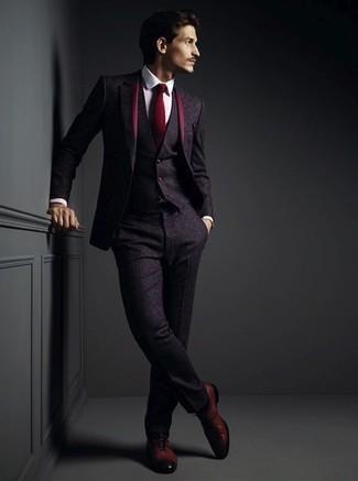 Come indossare e abbinare: abito a tre pezzi di lana melanzana scuro, camicia elegante bianca, scarpe oxford in pelle bordeaux, cravatta bordeaux