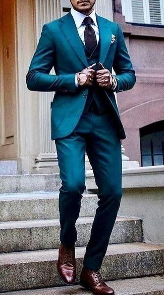 Come indossare e abbinare una cravatta stampata viola: Potresti combinare un abito a tre pezzi foglia di tè con una cravatta stampata viola per una silhouette classica e raffinata Se non vuoi essere troppo formale, indossa un paio di stivali casual in pelle bordeaux.