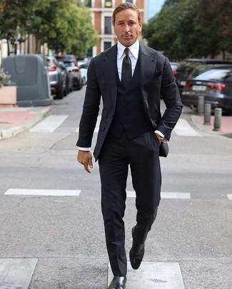 Moda uomo anni 40: Potresti abbinare un abito a tre pezzi nero con una camicia elegante bianca per essere sofisticato e di classe. Se non vuoi essere troppo formale, prova con un paio di stivali chelsea in pelle neri.