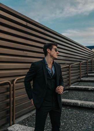 Come indossare e abbinare: abito a tre pezzi di lana a quadri nero, camicia a maniche lunghe in chambray blu scuro, occhiali da sole neri