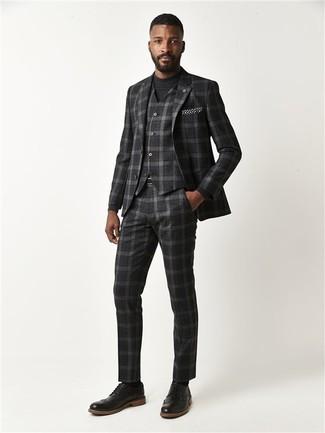 Come indossare e abbinare: abito a tre pezzi scozzese grigio scuro, maglione girocollo nero, scarpe brogue in pelle nere, fazzoletto da taschino a pois nero e bianco