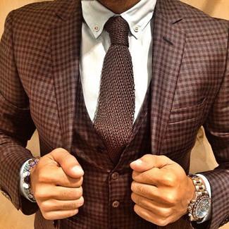 Come indossare e abbinare: abito a tre pezzi scozzese marrone, camicia elegante bianca, cravatta lavorata a maglia marrone, orologio dorato