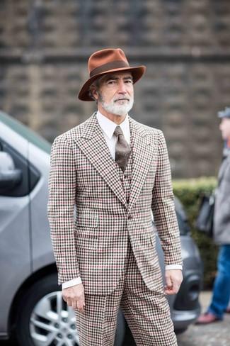 Come indossare e abbinare: abito a tre pezzi a quadretti multicolore, camicia elegante bianca, borsalino di lana terracotta, cravatta di lana marrone