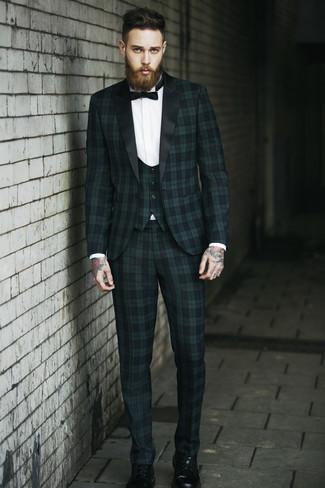 Come indossare e abbinare: abito a tre pezzi scozzese verde scuro, camicia elegante bianca, stivali casual in pelle neri, papillon nero