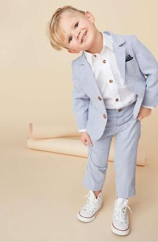Come indossare e abbinare: abito azzurro, camicia a maniche lunghe bianca, sneakers bianche, fazzoletto da taschino blu scuro e bianco
