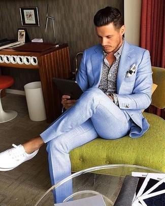 Come indossare e abbinare scarpe da ginnastica di tela bianche: Mostra il tuo stile in un abito azzurro con una camicia a maniche lunghe stampata blu per una silhouette classica e raffinata Prova con un paio di scarpe da ginnastica di tela bianche per avere un aspetto più rilassato.
