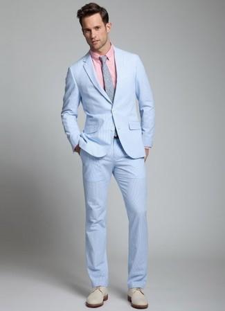 Come indossare e abbinare: abito di seersucker azzurro, camicia elegante rosa, scarpe derby in pelle scamosciata beige, cravatta a pois grigia