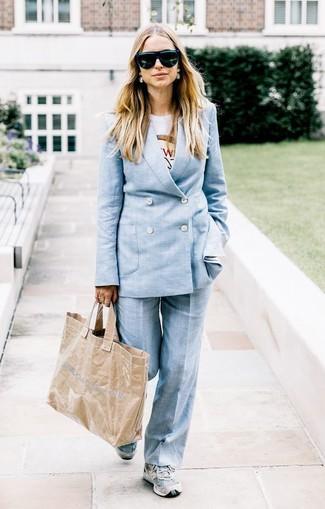 Abbinare una t-shirt girocollo stampata bianca e un abito è una comoda opzione per fare commissioni in città. Mettiti un paio di scarpe sportive grigie per avere un aspetto più rilassato.