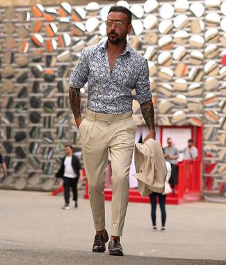 Come indossare e abbinare: abito beige, camicia a maniche lunghe a fiori bianca e blu scuro, mocassini eleganti in pelle marrone scuro, occhiali da sole dorati