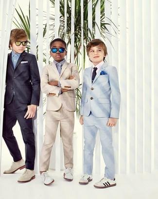 Come indossare e abbinare: abito beige, camicia a maniche lunghe a quadretti bianca e nera, scarpe oxford bianche, cravatta grigia