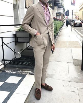 Come indossare e abbinare un abito beige: Scegli un abito beige e una camicia elegante a righe verticali bianca e rossa per un look elegante e alla moda. Mocassini con nappine in pelle scamosciata marrone scuro sono una valida scelta per completare il look.