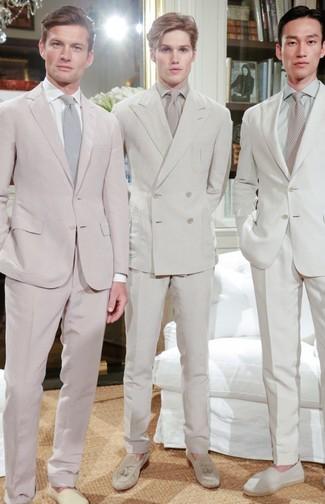 Come indossare e abbinare: abito beige, camicia elegante beige, mocassini con nappine in pelle scamosciata beige, cravatta beige