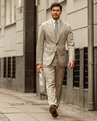Come indossare e abbinare: abito beige, camicia elegante bianca, mocassini eleganti in pelle marroni, cravatta grigia