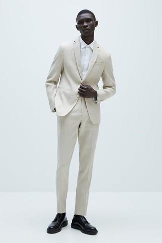 Come indossare e abbinare una camicia elegante bianca: Scegli una camicia elegante bianca e un abito beige per un look elegante e alla moda. Per un look più rilassato, opta per un paio di scarpe derby in pelle nere.