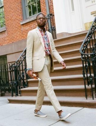 Come indossare e abbinare un abito beige: Punta su un abito beige e una camicia elegante scozzese multicolore come un vero gentiluomo. Se non vuoi essere troppo formale, opta per un paio di sneakers senza lacci di tela azzurre.