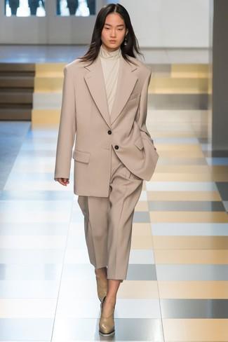Opta per un dolcevita beige e un abito per un look elegante e alla moda. Per distinguerti dagli altri, mettiti un paio di décolleté in pelle beige.