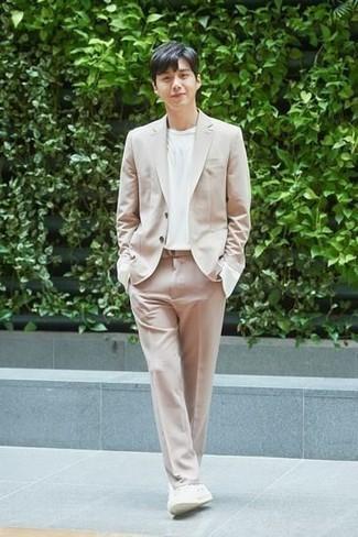 Come indossare e abbinare un abito beige: Scegli un abito beige e una t-shirt girocollo bianca se cerchi uno stile ordinato e alla moda. Opta per un paio di sneakers basse di tela bianche per un tocco più rilassato.